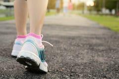 Женщины конца-вверх jogging на общественном парке в утре Стоковое Изображение