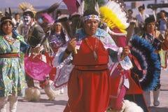 Женщины коренного американца выполняя церемонию танца мозоли, Пуэбло Santa Clara, NM Стоковое Изображение