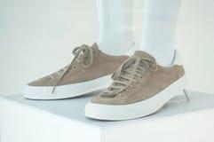 Женщины коричневеют ботинки с путем клиппирования на манекене Стоковое фото RF