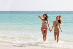 Женщины, который побежали на пляже Стоковые Изображения