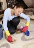 женщины красивейшей дома чистки утомленные Стоковые Фотографии RF