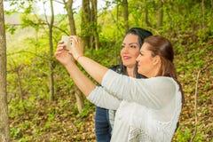 Женщины красоты принимая selfie с телефоном Стоковое Фото
