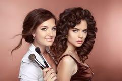 Женщины красоты Haistyle Щетка удерживания визажиста представляя с Стоковые Изображения