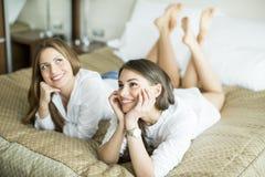 женщины кровати молодые Стоковое фото RF