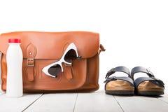 женщины лета установили с кожаной сумкой, сандалиями, солнечными очками и bottl стоковые фотографии rf