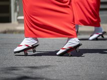 Женщины маршируя в обувь geta пока носящ кимоно стоковая фотография rf