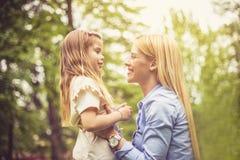 женщины мати счастья дочи ся стоковые фото