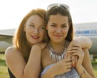 2 женщины мать и дочь встречали на авиапорте после отключения Стоковые Фото