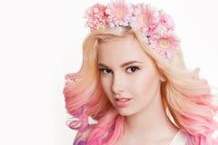 Женщины молодости с покрашенный усмехаться волос Цветки в ей Студия, изолированная, белая предпосылка Весна концепции, лето посмо Стоковое Изображение
