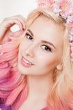 Женщины молодости с покрашенный усмехаться волос Цветки в ей Студия, изолированная, белая предпосылка Весна концепции, лето посмо стоковое изображение rf