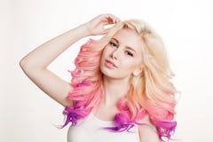Женщины молодости с покрашенным вьющиеся волосы на белой предпосылке бобра изолировано студия градиент стоковые фотографии rf