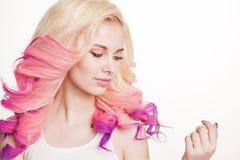 Женщины молодости с покрашенным вьющиеся волосы на белой предпосылке бобра изолировано студия градиент Экземпляр-космос стоковое изображение rf