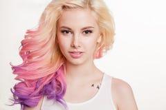 Женщины молодости с покрашенным вьющиеся волосы на белой предпосылке бобра изолировано студия Стоковое фото RF