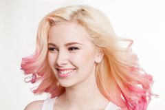 Женщины молодости с покрашенным вьющиеся волосы на белой предпосылке усмехаться бобра изолировано студия стоковые фотографии rf