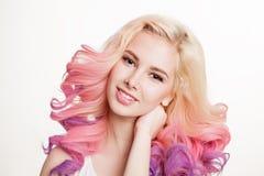 Женщины молодости с покрашенным вьющиеся волосы на белой предпосылке бобра изолировано стоковые фотографии rf