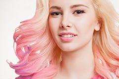 Женщины молодости с покрашенным вьющиеся волосы на белой предпосылке бобра изолировано студия стоковые фото