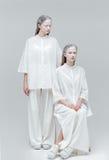 2 женщины моды в белом платье Стоковые Изображения RF