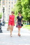 2 женщины моды идя в город лета Стоковое Изображение RF