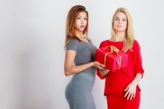 2 женщины моды с красным подарком коробки Стоковое Изображение RF