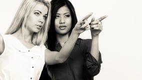 2 женщины моды указывая палец острословия Стоковые Изображения RF