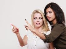 2 женщины моды указывая палец острословия Стоковое Изображение