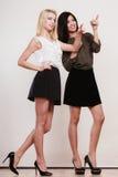 2 женщины моды указывая палец острословия Стоковое Изображение RF