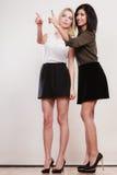 2 женщины моды указывая палец острословия Стоковые Изображения