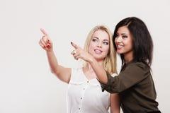 2 женщины моды указывая палец острословия Стоковые Фото