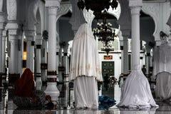 Женщины моля в мечети стоковая фотография rf