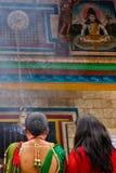 Женщины моля на фестивале Teej, квадрате Durbar, Катманду, Непале Стоковые Фото