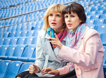 Женщины наблюдая конкуренцию или согласие стоковая фотография