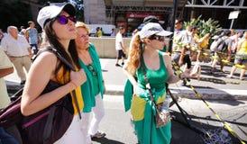 Женщины наблюдают гигантский будучи надуванными воздушный шар Стоковые Изображения