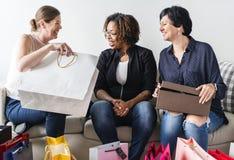 Женщины наслаждаются ходить по магазинам и снести сумки Стоковое Фото