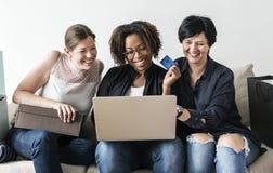 Женщины наслаждаются ходить по магазинам онлайн с кредитной карточкой Стоковое Изображение