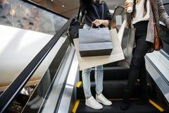 Женщины наслаждаются ходить по магазинам совместно концепция Стоковая Фотография RF