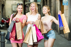 Женщины наслаждаются ходить по магазинам на праздниках Стоковое Изображение
