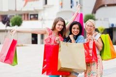 Женщины наслаждаются ходить по магазинам Стоковые Изображения