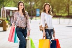 Женщины наслаждаются ходить по магазинам Стоковое Изображение RF