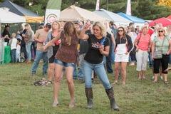 Женщины наслаждаясь вечером потехи на концерте стоковые фото