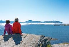 2 женщины наслаждаясь взглядом на фьорде Стоковая Фотография
