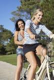 2 женщины наслаждаясь ездой цикла Стоковые Фото