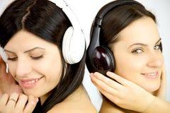2 женщины наслаждаясь музыкой счастливой Стоковая Фотография RF