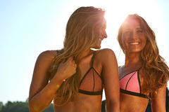 2 женщины наслаждаясь праздником пляжа Стоковая Фотография RF