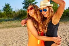 2 женщины наслаждаясь праздником пляжа Стоковые Изображения RF