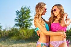 2 женщины наслаждаясь праздником пляжа Стоковые Фотографии RF