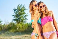 2 женщины наслаждаясь праздником пляжа Стоковое фото RF