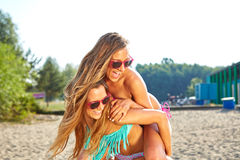 2 женщины наслаждаясь праздником пляжа Стоковая Фотография