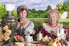 Женщины наслаждаясь чашкой чаю Стоковые Изображения RF