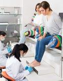 Женщины наслаждаясь pedicure Стоковые Изображения RF