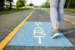 Женщины начинают побежать в парке стоковые фотографии rf
